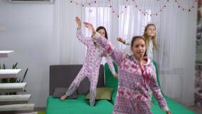Leuke meisjes in pyjama's die thuis dansen stock video