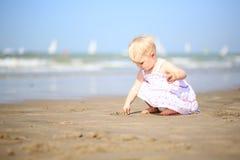 Leuke meisjespelen op het strand stock fotografie