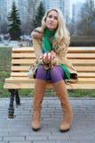 Leuke meisjeszitting op een bank. royalty-vrije stock afbeelding