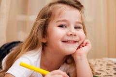Leuke meisjetekening met potloden. Stock Afbeelding