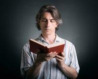 Leuke mens die een boek leest Royalty-vrije Stock Afbeelding