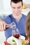 Leuke mens die met zijn meisje thuis dineert Royalty-vrije Stock Afbeelding