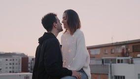 Leuke millennial paarlach en glimlachen in zonsondergang stock footage