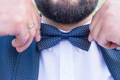 Leuke modieuze bruidegom in een blauw kostuum, een blauwe stropdas en een wit overhemd Het close-up van een heer die blauwe Band  Royalty-vrije Stock Afbeelding