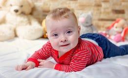Leuke mollig weinig baby met een gelukkige glimlach stock foto