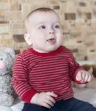 Leuke mollig weinig baby met een gelukkige glimlach stock foto's