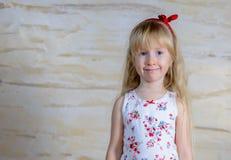Leuke mooi weinig blond meisje met een gelukkige grijns stock foto