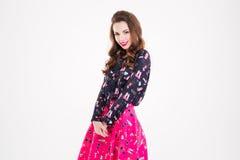 Leuke mooie gelukkige jonge vrouw in overhemd en rok Stock Foto's