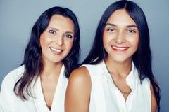 Leuke mooie tienerdochter met rijpe moeder die, het brunette van de manierstijl, het concept van levensstijlmensen dicht omhoog k royalty-vrije stock foto