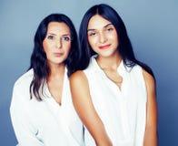Leuke mooie tienerdochter met rijpe moeder die, het brunette van de manierstijl, het concept van levensstijlmensen dicht omhoog k stock afbeelding