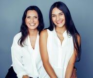 Leuke mooie tienerdochter met rijpe moeder die, het brunette van de manierstijl, het concept van levensstijlmensen dicht omhoog k royalty-vrije stock afbeelding