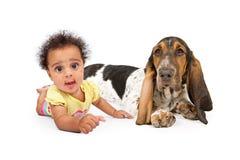 Leuke Multiculturele Baby met Hond Stock Afbeeldingen