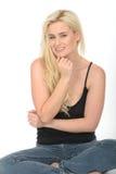 Leuke Nadenkende Ontspannen Gelukkige Jonge Vrouwenzitting op Vloer het Glimlachen Stock Afbeeldingen