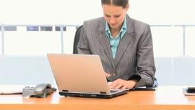 Leuke onderneemster die aan laptop werkt stock video