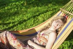 Leuke Ontspannende Kaukasische Dame Resting in Heuveltje en in openlucht het Dromen Stock Afbeelding