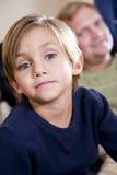 Leuke oude jongen van vijf jaar met vader op achtergrond royalty-vrije stock fotografie