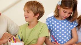 Leuke ouders en kinderen die kunsten en ambachten samen doen stock video