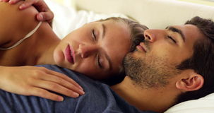 Leuke paarslaap en geknuffel in bed stock footage