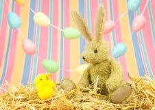 Leuke Pasen-vrienden Stuk speelgoed konijntjeskonijn en kuiken Royalty-vrije Stock Fotografie