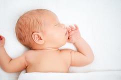 Leuke pasgeboren babyslaap stock afbeelding