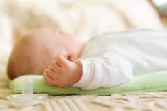 Leuke pasgeboren babyslaap in bed royalty-vrije stock afbeelding