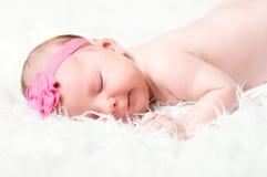 Leuke pasgeboren meisjesslaap Royalty-vrije Stock Afbeeldingen