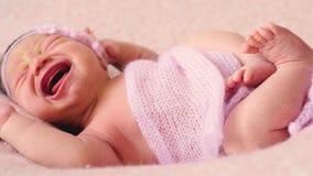Leuke pasgeboren weinig baby in roze deken ligt op bed stock video