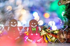 Leuke peperkoekmens met Kerstmisboom en onscherpe fonkeling royalty-vrije stock foto