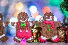 Leuke peperkoekmens met Kerstmisboom en onscherpe fonkeling royalty-vrije stock afbeelding