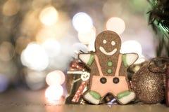 Leuke peperkoekmens met Kerstmisboom en onscherpe fonkeling royalty-vrije stock afbeeldingen