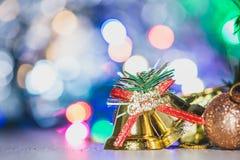 Leuke peperkoekmens met Kerstmisboom en onscherpe fonkeling stock fotografie