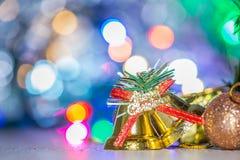 Leuke peperkoekmens met Kerstmisboom en onscherpe fonkeling stock afbeeldingen