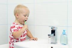 Leuke peuterjongen het borstelen tanden Tanden die, tandzorg schoonmaken de aanbiddelijke was van de babyjongen omhoog stock foto