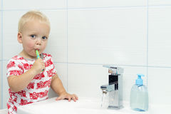 Leuke peuterjongen het borstelen tanden Tanden die, tandzorg schoonmaken de aanbiddelijke was van de babyjongen omhoog stock fotografie