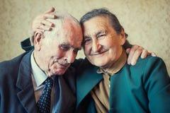 Leuke 80 plus éénjarigenechtpaar het stellen voor een portret in hun huis Liefde voor altijd concept Royalty-vrije Stock Foto's