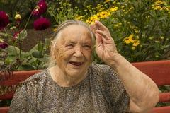 Leuke, pretgrootmoeder zonder oude tanden 86 jaar, portret Stock Afbeelding