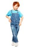 Leuke redheaded jongen in algemene en blauwe t-shirt Stock Afbeeldingen