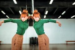 Leuke roodharige dansleraar in een groene col die emotioneel kijken stock fotografie