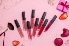 Leuke roze vlakke layandlippenstift met lipgloss in het centrum Betoverende stijl royalty-vrije stock afbeeldingen