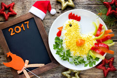 Leuke salade gevormde haan voor Nieuwjaar 2017 Royalty-vrije Stock Fotografie