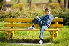 Leuke schooljongen in een park stock foto