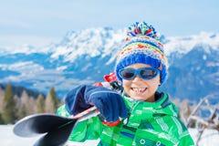 Leuke skiërjongen in een toevlucht van de de winterski stock afbeelding