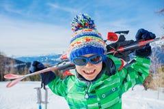 Leuke skiërjongen in een toevlucht van de de winterski stock fotografie