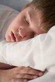 Leuke slaapjongen stock foto