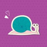 Leuke slak met blauwe kroonslak en harten op een roze gestippelde achtergrond Royalty-vrije Stock Afbeeldingen