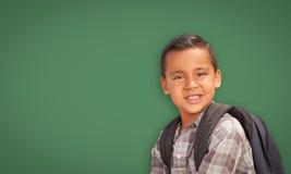 Leuke Spaanse Jongen voor Leeg Schoolbord stock fotografie
