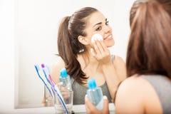 Leuke Spaanse vrouw die haar make-up verwijderen stock foto's