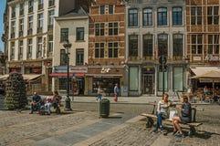 Leuke straat met mensen die op openbare bank in Brussel spreken Stock Foto