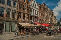 Leuke straat met mensen die op openbare bank in Brussel spreken Stock Afbeeldingen