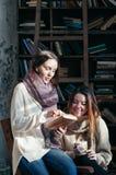 Leuke studentenvrienden die boeken lezen die pret hebben stock foto